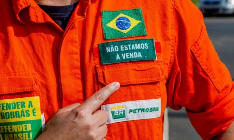 Os trabalhadores da Petrobras estão em greve pela redução do preço do combustível e em defesa da soberania nacional
